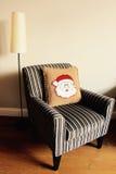 Jul returnerar dekorkudden med jultomten Arkivbild