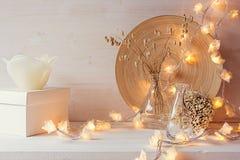 Jul returnerar garnering med brinnande ljus på vit träbakgrund arkivbilder