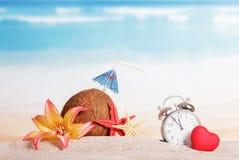 Jul sätter på land, kokosnöten, klockan, blomma Royaltyfri Bild