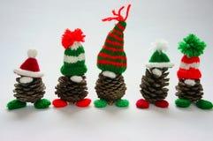 Jul sörjer gnomen, Xmas-pineconen, gåva royaltyfri fotografi
