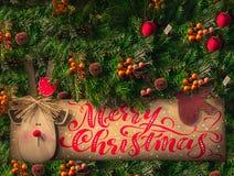 Jul sörjer trädet med garnering, röda bär, bollar, godisrotting kortjul som greeting Royaltyfria Bilder