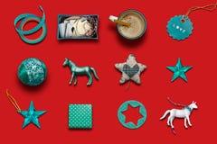 Jul samling, gåvor och dekorativa blåa prydnader Rött Royaltyfri Foto