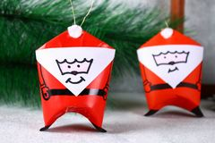 Jul Santa Claus gjorde från blocket för navet för toalettpapper, för kulört papper, markör-, lim-, rev- och bomulls DIY-leksak på fotografering för bildbyråer