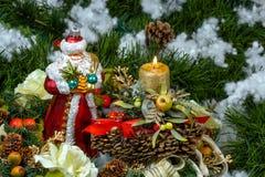 Jul Santa Claus med en julljus Arkivfoto