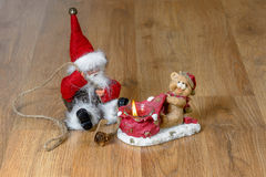 Jul Santa Claus med en julljus Royaltyfria Bilder