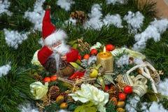 Jul Santa Claus med en julljus Fotografering för Bildbyråer