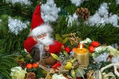 Jul Santa Claus med en julljus Arkivfoton