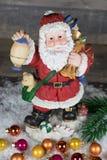 Jul Santa Claus med färgrika julbollar Arkivfoto