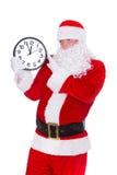Jul Santa Claus som pekar på klockan som visar fem minuter till midnatt bakgrund isolerad white Fotografering för Bildbyråer