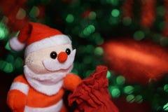 Jul santa väljer han upp gåvan från påse royaltyfri fotografi