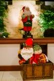 Jul santas i en bröstkorg under ett fönster Fotografering för Bildbyråer