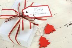 Jul semestrar bakgrund med den vita gåvaasken för det röda och vita temat Arkivbild