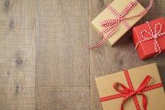 Jul semestrar bakgrund med gåvaaskar på trätabellen arkivfoton