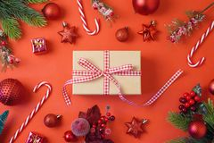 Jul semestrar bakgrund med gåvaasken, garneringar och orna royaltyfri bild