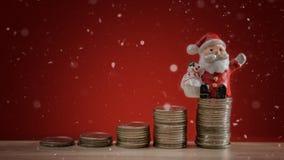 Jul semestrar bakgrund med jultomten och bakgrund för pengarmyntbunt Bakgrund för julberömferie Sparande pengar Co Arkivbilder