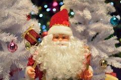 Jul semestrar bakgrund med Santa Claus & suddiga LEDDE ljus Arkivbild