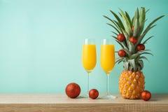 Jul semestrar begrepp med ananas som alternativa Christm royaltyfri fotografi