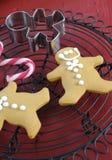 Jul semestrar festlig bakning med kakor för pepparkakamän Arkivfoto