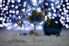 Jul semestrar garneringar i form av ett exponeringsglas med bollar arkivfoton