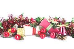 Jul semestrar garneringgiftboxes som packar på den vita backgroen arkivbilder
