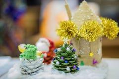 jul semestrar hantverktillförsel och handen - gjorda julträd royaltyfri bild