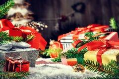 Jul semestrar inställningen med gåvor i olikt lägga för askar Royaltyfri Foto