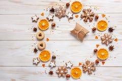 Jul semestrar kransbakgrund med gåvaasken royaltyfria bilder