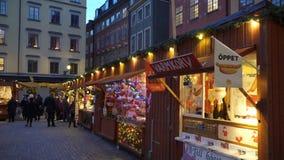Jul semestrar mässan på den stora fyrkantiga Stortorgeten i den gamla staden Gamla Stan, Stockholm arkivfilmer