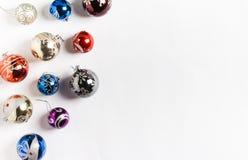 Jul semestrar nytt år för runda bollar på vit bakgrund Fotografering för Bildbyråer
