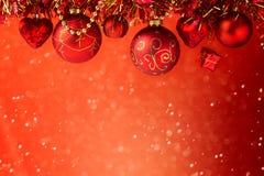 Jul semestrar röd drömlik bakgrund med garneringar Arkivfoton