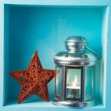Jul semestrar sammansättning med stearinljuslyktan och stjärnadekoren royaltyfria bilder