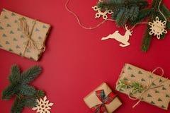 Jul semestrar sammansättning på röd bakgrund med kopieringsutrymme för din text Filialer för Xmas-trädgran med boll i hörnen, G royaltyfri bild