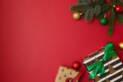 Jul semestrar sammansättning på röd bakgrund med kopieringsutrymme för din text Xmas-trädfilialer i hörnen, torkade apelsiner, royaltyfri fotografi