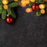 Jul semestrar sammansättning på svart bakgrund med grantre royaltyfri fotografi