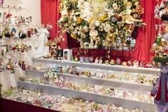 Jul shoppar av souvenir och smycken i staden av Sainte-Andr i Ungern Fotografering för Bildbyråer