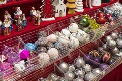 Jul shoppar av souvenir och smycken i staden av Sainte-Andr i Ungern Royaltyfria Bilder