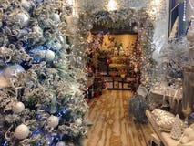 Jul shoppar med trädet och garneringar Arkivfoto