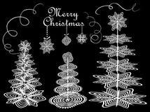 Jul skyler över brister barrträd Arkivfoton