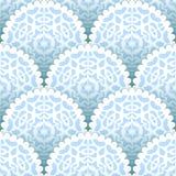 Jul skyler över brister den sömlösa modellen för doiliessnöflingor i blått och vit, vektor Royaltyfri Fotografi