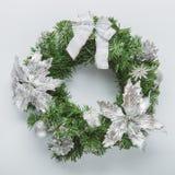 Jul slösar kransen på vit Arkivfoton