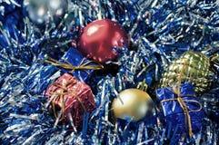 Jul smyckar det filtrerade fotoet Julgranbollar och slågna in gåvaaskar Fotografering för Bildbyråer