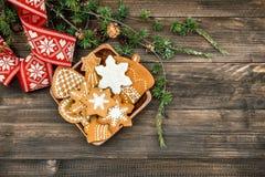 Jul smyckar och handgjorda pepparkakakakor Royaltyfri Foto