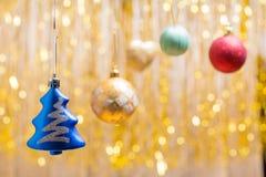 Jul smyckar på en guld- bakgrund en sida Arkivfoto