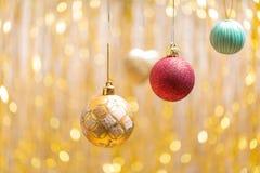 Jul smyckar på en guld- bakgrund en sida Royaltyfria Bilder