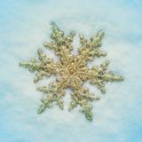 Jul smyckar på snön Arkivbilder