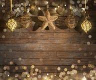 Jul smyckar på träbakgrund royaltyfria foton