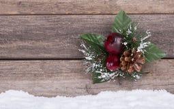 Jul smyckar på träbakgrund Royaltyfri Fotografi