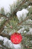 Jul smyckar, sörjer trädet, snö Arkivfoto
