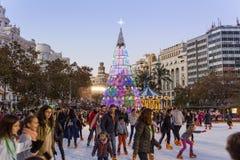 Jul som är ganska med folkskridskoåkning på den Modernisme plazaen av stadshuset av Valencia, Spanien Royaltyfri Bild