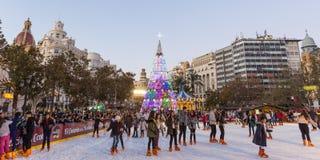 Jul som är ganska med folkskridskoåkning på den Modernisme plazaen av stadshuset av Valencia, Spanien Arkivfoton